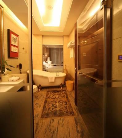 浴厕门不要直对大门,两者成一直线易导致既不利健康,又不利财运。而设计上本是出秽不洁之地的浴厕改作睡房,也是不吉利。