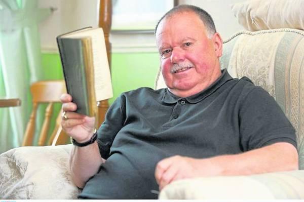 64岁的凯特·托尔芬展示逾期79年未归还的小说。