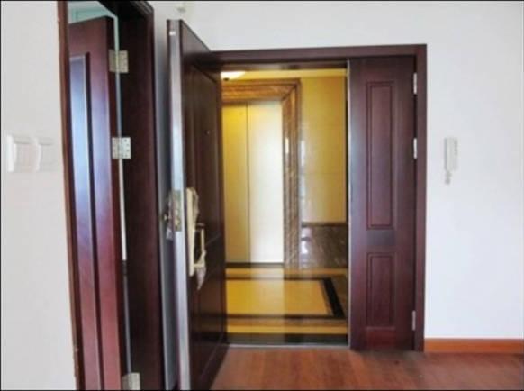 大门正对电梯或楼梯是犯冲犯煞,会造成家运不济、守不住钱财、家中成员容易生病的反效果,同时易得血光之灾。