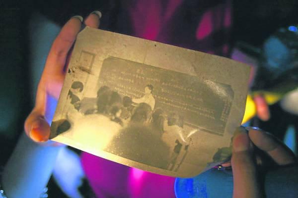 探险者找到一张当年学生们在上课的旧照片。