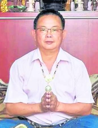 暹马居士为了膜拜泰皇,曾排队13小时。自传出泰皇显灵事件,许多信徒争相前往膜拜,如今排20小时也是平常事。