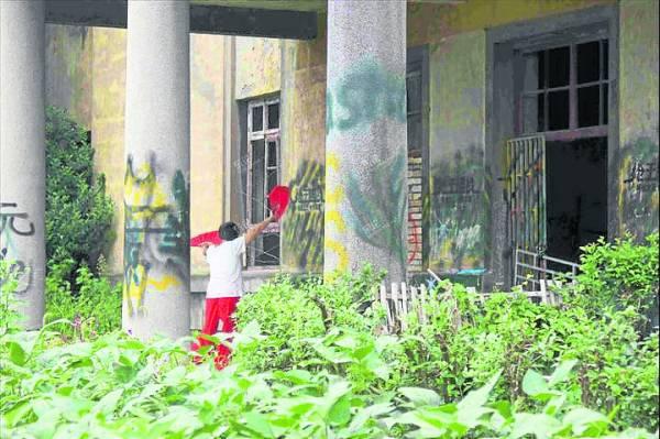 虽然校舍被废弃20多年,杂草丛生,但居民根本不相信有鬼,还经常到那里锻炼身体。
