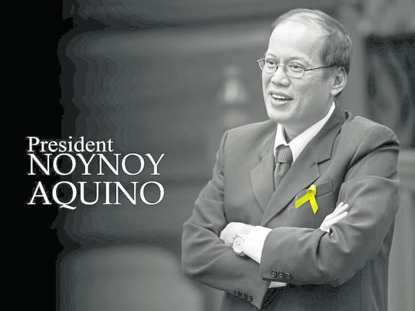 """总统的名字Benigno Simeon """"Noynoy"""" Cojuangco Aquino III,中文译为贝尼尼奥.西梅翁.许寰哥,有西班牙语、希伯来语和汉语,但大家叫他""""诺诺"""",是菲律宾语。"""