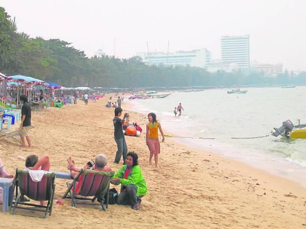 有游客在芭堤雅沙滩遭人妖偷走一千令吉,自叹倒霉。