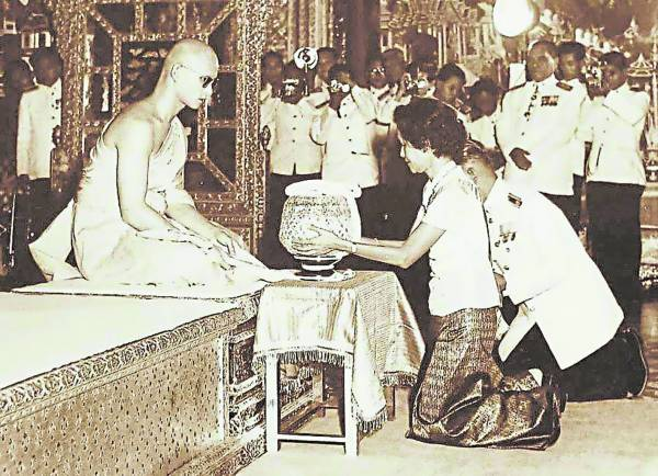 泰王之所以获得民众爱戴,皆因他也爱民,真心为民付出,才获得民心。