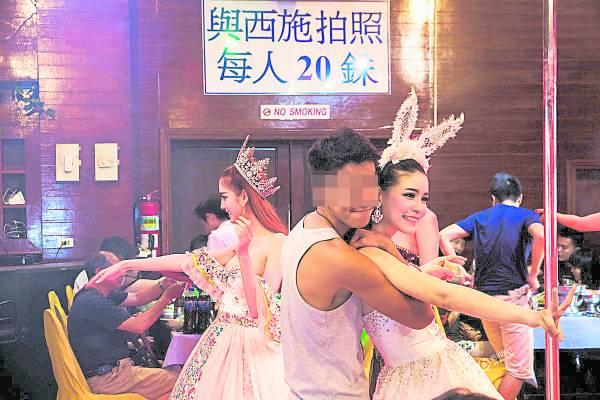 人妖虽然是泰国的「摇钱树」,许多游客观光,但她们的收入少得可怜,吸引与游客拍一张照片才20泰铢。