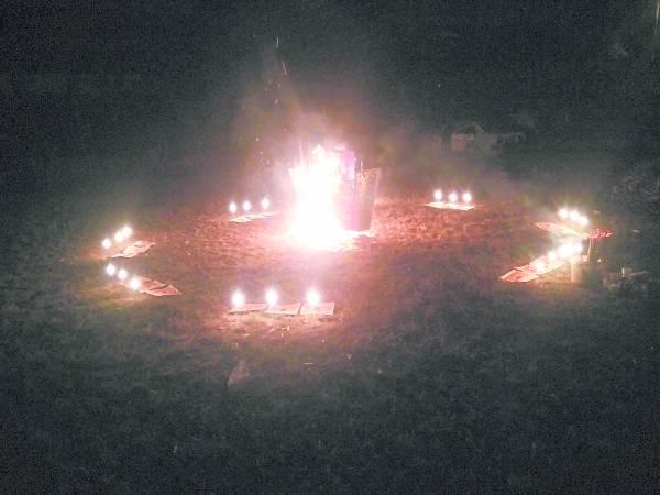 观世音菩萨现身在火船右侧。