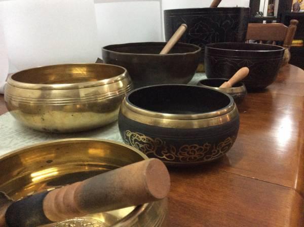 各种大小的藏磬,以五到七种金属制成,是声乐治疗和静坐冥想的好工具。