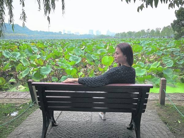 坐在长凳上,清風吹來,阵阵荷香令人沉醉。