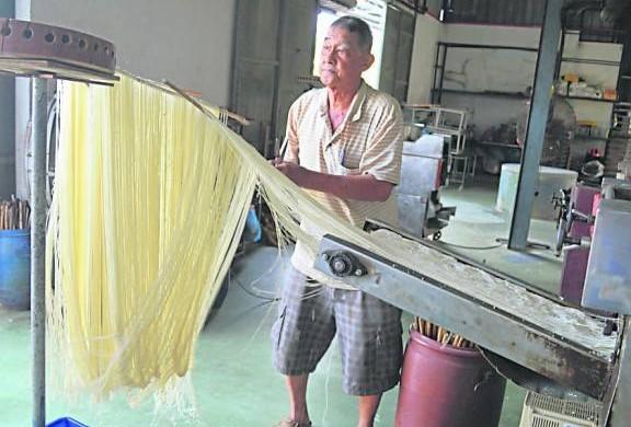 林再丰一拽一剪,长度适中,手法非常熟练。
