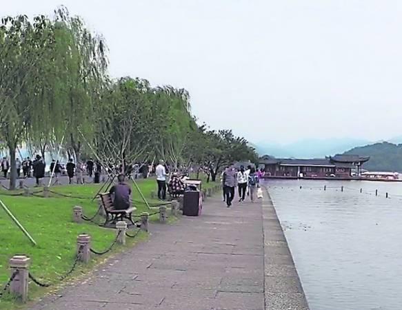 西湖说大不大,说小不小,脚力好时间又够的话,可以选择散步游西湖,悠闲的品味沿途美景。