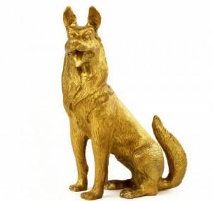 狼狗雕像具有镇宅挡煞的作用,而且狗向来出名忠诚,会很好地保护家宅主人。