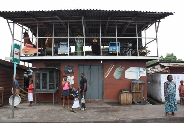 棺木是人生的最后一笔消费,迦纳人愿意付出巨款订做专属个人的特殊棺木,因此香蕉、鱼、巴士还有可口可乐,都可以是棺材的题材。
