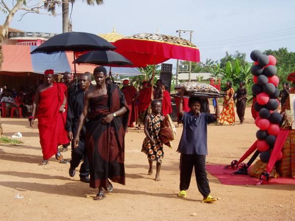 迦纳的传统丧礼,以红黑色为主。