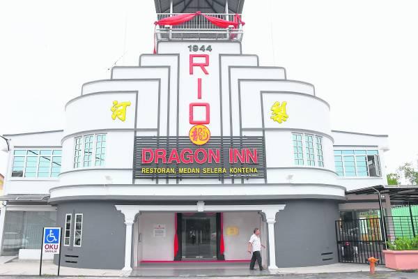 由戏院改建的龙门客栈,如今已变成洽商者的停脚处。 Dragon Inn 地址:Lot 19, Jalan Tebedu,Pekan Sabak, 45200 Sabak Bernam, Selangor Darul Ehsan. 卫星导航:3.768441, 100.980509 联络号码:03-3216 3088
