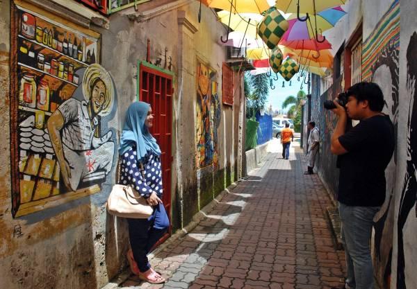 唐人街各小巷均有不同风格的壁画,吸引游客拍照留念。