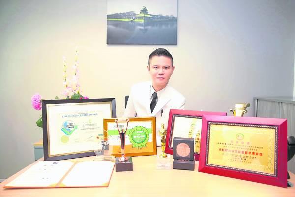 拿督吴承澔医生眼光独到,12年前对碱性乃健康之道已深具远见,如今更凭着寰御国际集团的领导才能,荣获国内外多项奖项。
