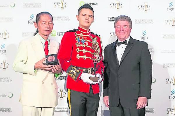 拿督吴承澔医生赴法国领2014 Stevie Awards美国国际商业大奖的年度(环球)总裁铜奖。