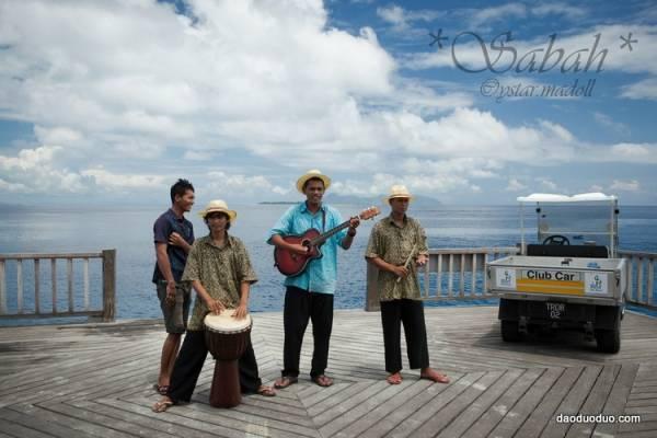 在马达京岛上,还有乐队奏乐,一边享用餐点,一边听音乐呢!
