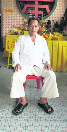 泰国师父谭泽忠,对乩童学法术格外严格。