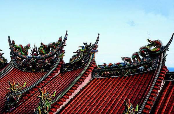 住家若位在神庙正后方,是风水中的一大禁忌,而庙宇屋顶的瑞兽,会带来所谓的兽头煞,足以形成一股煞气,不利家宅。