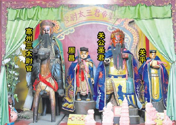 这间位于武吉丁宜新村的文武圣帝庙虽小,但过年过节便会人山人海,香烟缭绕。