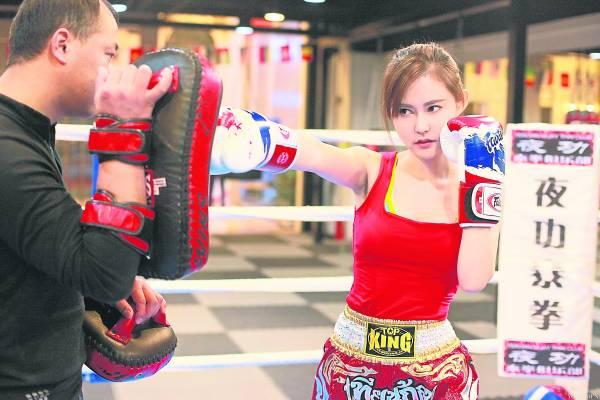 为了瘦身,为了健美,女人才不怕自己的打泰拳时的凶狠模样被人说成是母老虎,相反,她们非常渴望借泰拳练出一副曲线凹凸有致的紧致身段。