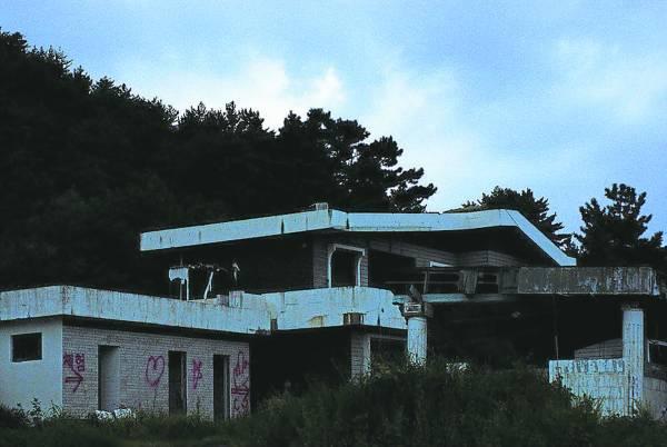 这间位于朝鲜庆尚北道海边的盈德住宅,屋主换了一个又一个,据传其地下室有一个军官和他怀孕的女友在此殉情,结果成了凶宅……
