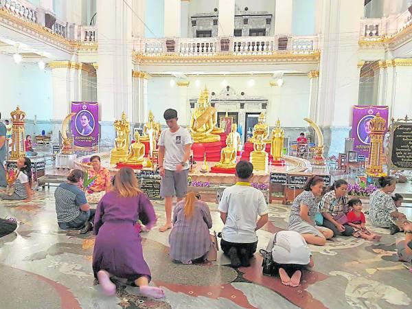 供奉龙婆梭通金身的主殿, 每天都有无数的人前来膜拜,但信徒们只允许默声诵经及鲜花求拜,香烛一律被禁。