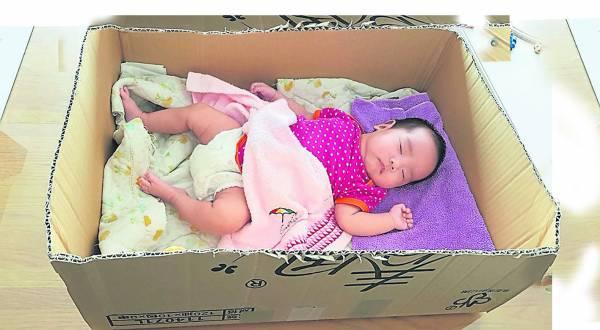 在芬兰,让宝宝睡纸箱的已有将近80年的传统,据说让宝宝睡在纸箱里不但很舒适,而且还能茁壮成长,聪明伶俐呢!