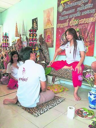 泰国著名虎皮女圣人阿占洁,她自小就能神通,预知未来,而她的使命是为了救助世人,她不但有天眼通能看穿业障,还有天手能为信徒治病,不仅如此,她还能替信徒补财运,助他们度过难关……