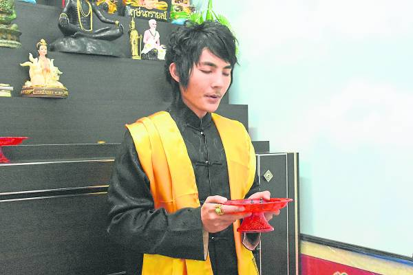 Chin Sifu正为佛牌开光,加持法力。