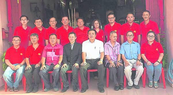 崇清宫全体理事合照。左三起为赖庆忠、主席陈龙胜、郑国球州议员