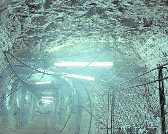 矿井内的日光灯看起来像随便的挂上,而到处也可以看到混乱的电线,尽管所处环境看起来极不安全,但患者却毫不在意,空气中弥漫平静与放松的气氛。