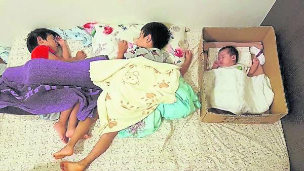 纸箱当作婴儿床适合空间狭小的家庭,有助减少与婴儿同睡而发生意外。