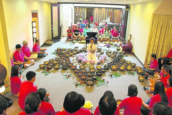 从国外收集的每个钵,瀚峰与母亲蔡宝珠老师都会召集108位炁学人,一起进行祝钵仪式。