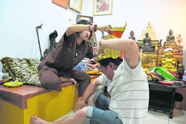阿占洁替阿明灌顶祈福时,阿明突然发出怪叫声、手舞足蹈。原来,他身上纹了多位天神图像,所以天神就附体在阿明身上。