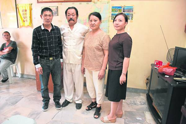 胡达海和徒弟吴加胜(左一),及妻子吴青华,女儿胡久红(右一)一起在大马行医救人。