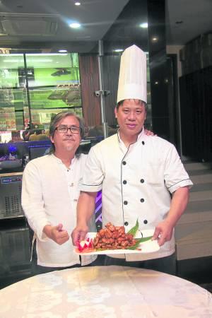 """非常感谢美食家龙夫(左)与王伟群总厨的联手烹煮,让记者有机会可以一尝美味的""""忘不了""""。"""