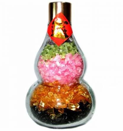 在柜台摆放五行水晶葫芦,有聚财作用。