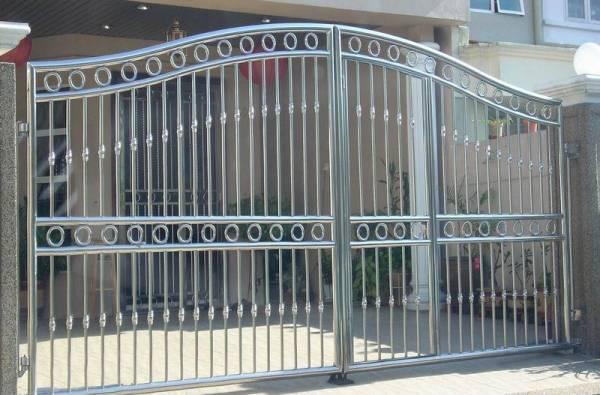 把住家大门换成白钢门,可以挡住对面邻居的镜子所带来的煞气。
