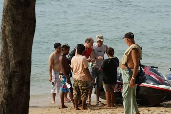 业者在海边向游客介绍水上活动,没出事前笑容满脸,出事了就凶神恶煞。