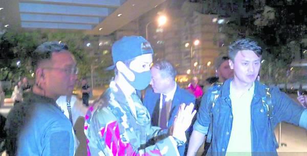 鹿晗在台湾街头拍摄节目,随后被爆遭同行举报未持工作证,被逼出境。