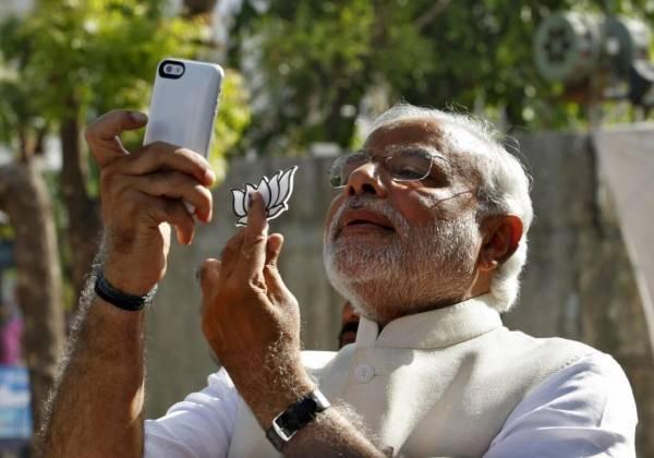 印度总理莫迪是自拍狂,经常机不离手不断selfie。