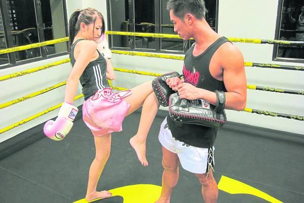 因为泰拳讲究腰马合一,一个动作都会贯穿全身力量,单单一小时的练习就可以消耗800至1200卡路里。