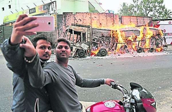 印度人爱危险自拍,对于之前发生的自拍夺命意外也毫无警惕心,实在令人费解。