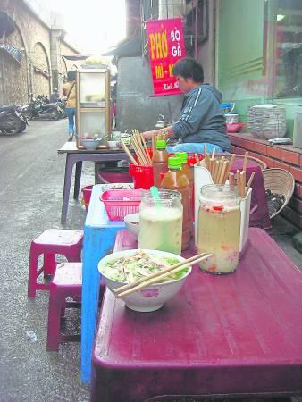 """在越南路边摊会不时听见有人吆喝""""Em Oi!"""",其实是结账的意思。"""