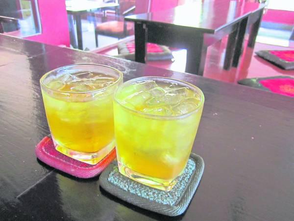 餐桌上的冰茶水,都是免费供应的,若是要求换成白开水则要收费了。