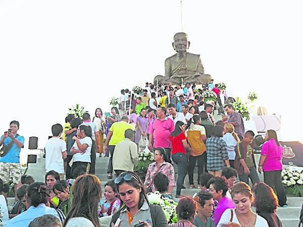 在泰国当地也处处可见龙普托的雕像、画像、铜像、护身符,以及不时举办的各项活动。
