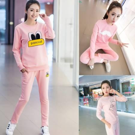 为了迎合民众爱穿睡衣出门的风气,商家都会把睡衣或居家服款式简单时尚化,这类款式穿出街比较不显得别扭。
